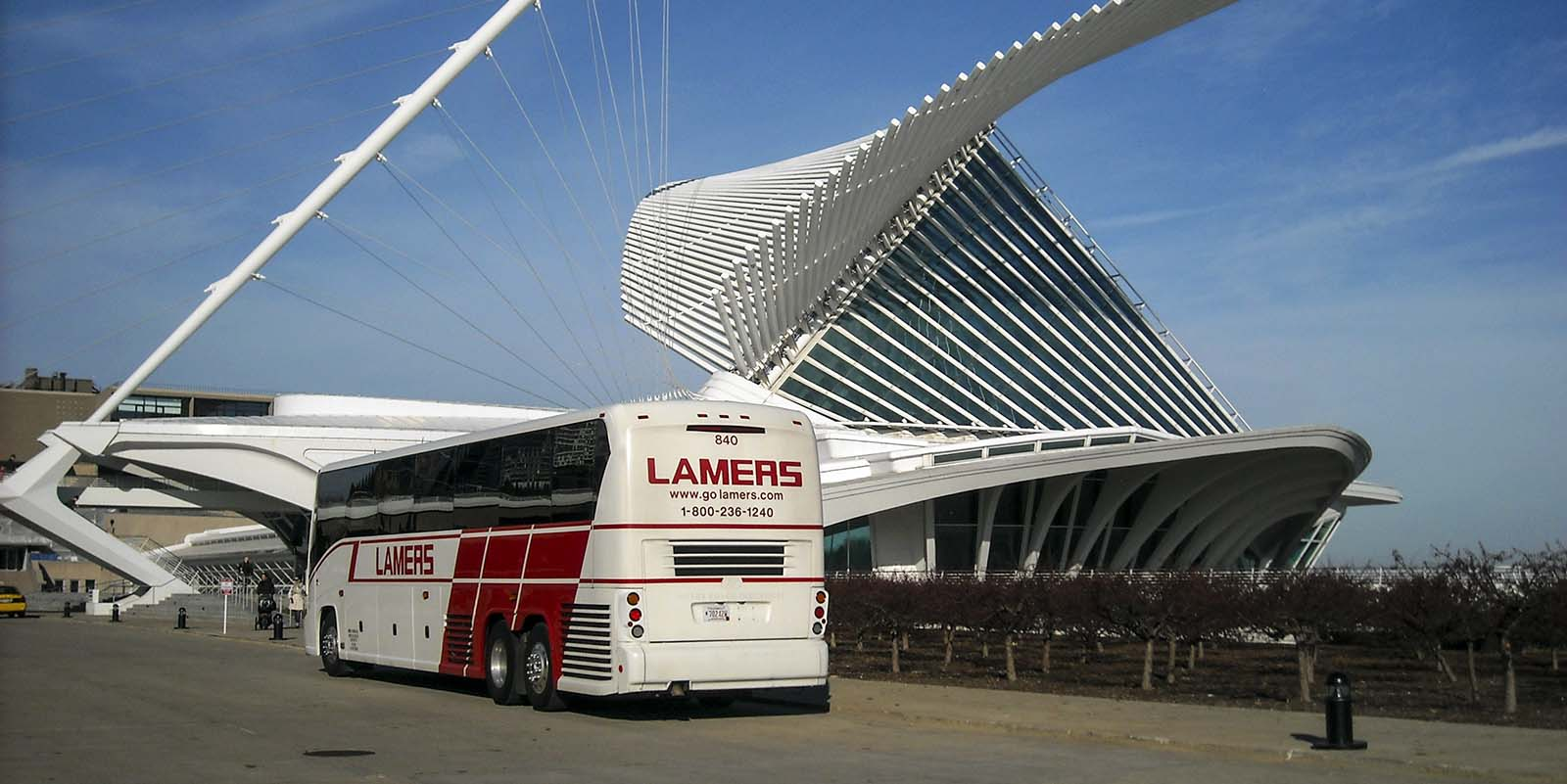 Lamers Bus Lines, Inc. motor coach in front of Milwaukee art museum